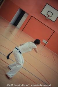 Trening ABADA Capoeira Poznań na sali w SP66